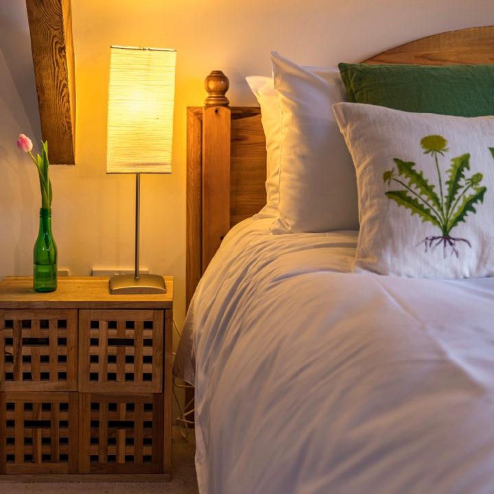 Een nachtlampje op een kastje naast het bed