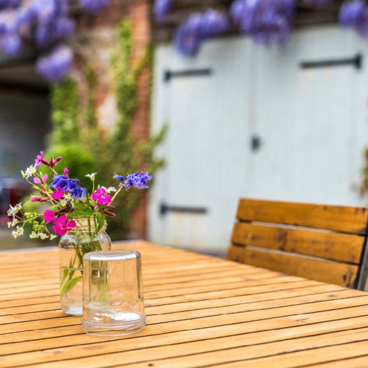 Bloemetjes op een houten tafel