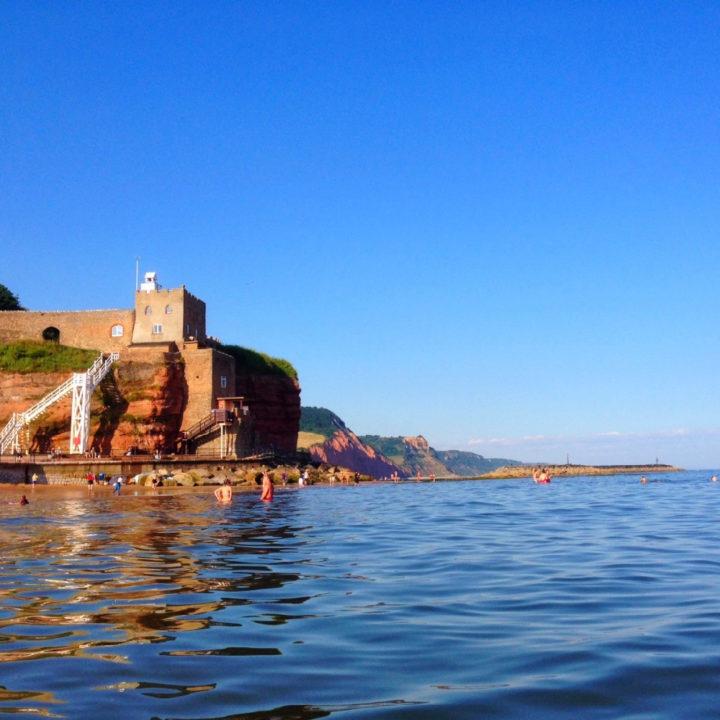 Een kasteel op de achtergrond, genomen vanuit de zee