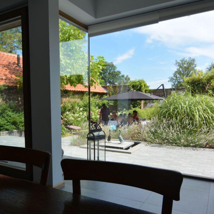 Zicht op de binnentuin van het vakantiehuis