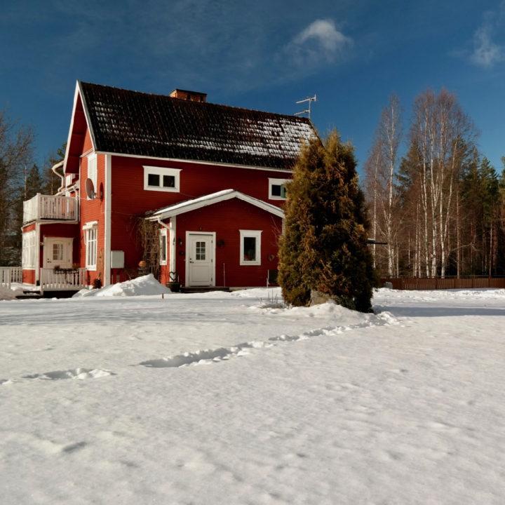 Rood Zweeds huis in de sneeuw