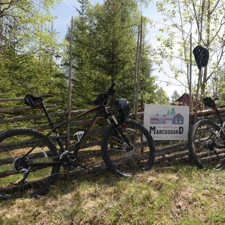 Twee mountainbikes tegen een hekje