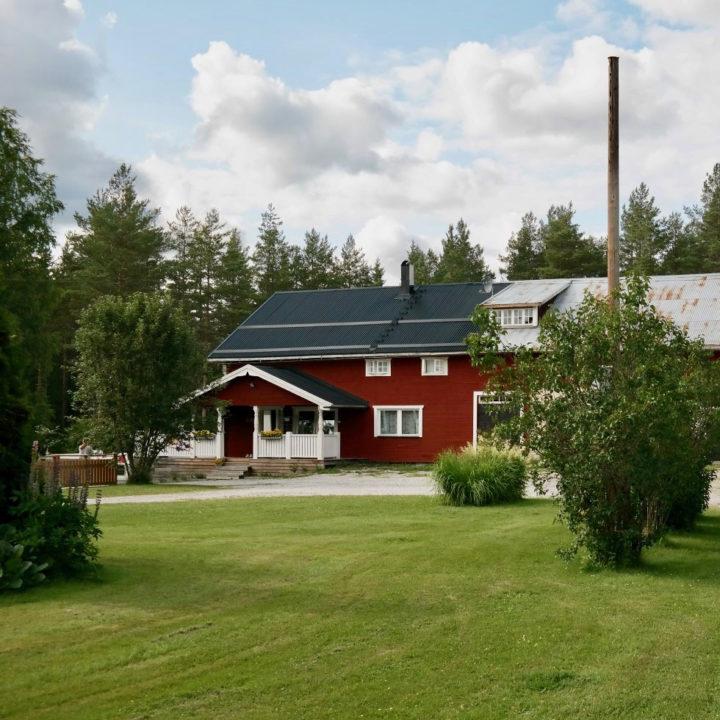 Rood Zweeds landhuis met grasveld er voor
