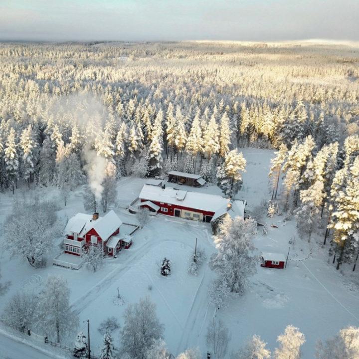 Luchtfoto van rode Zweedse huizen bedekt met sneeuw