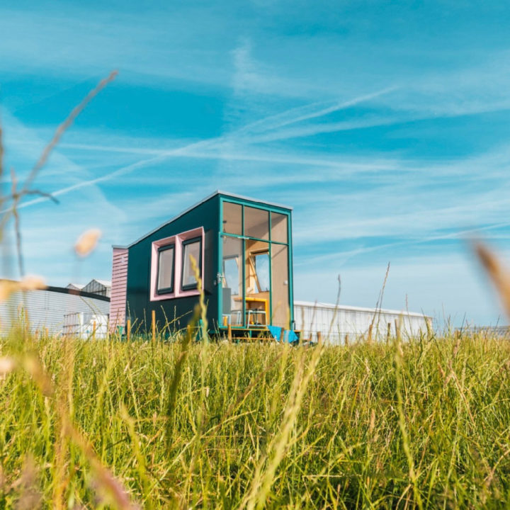 Hip tiny house in het gras