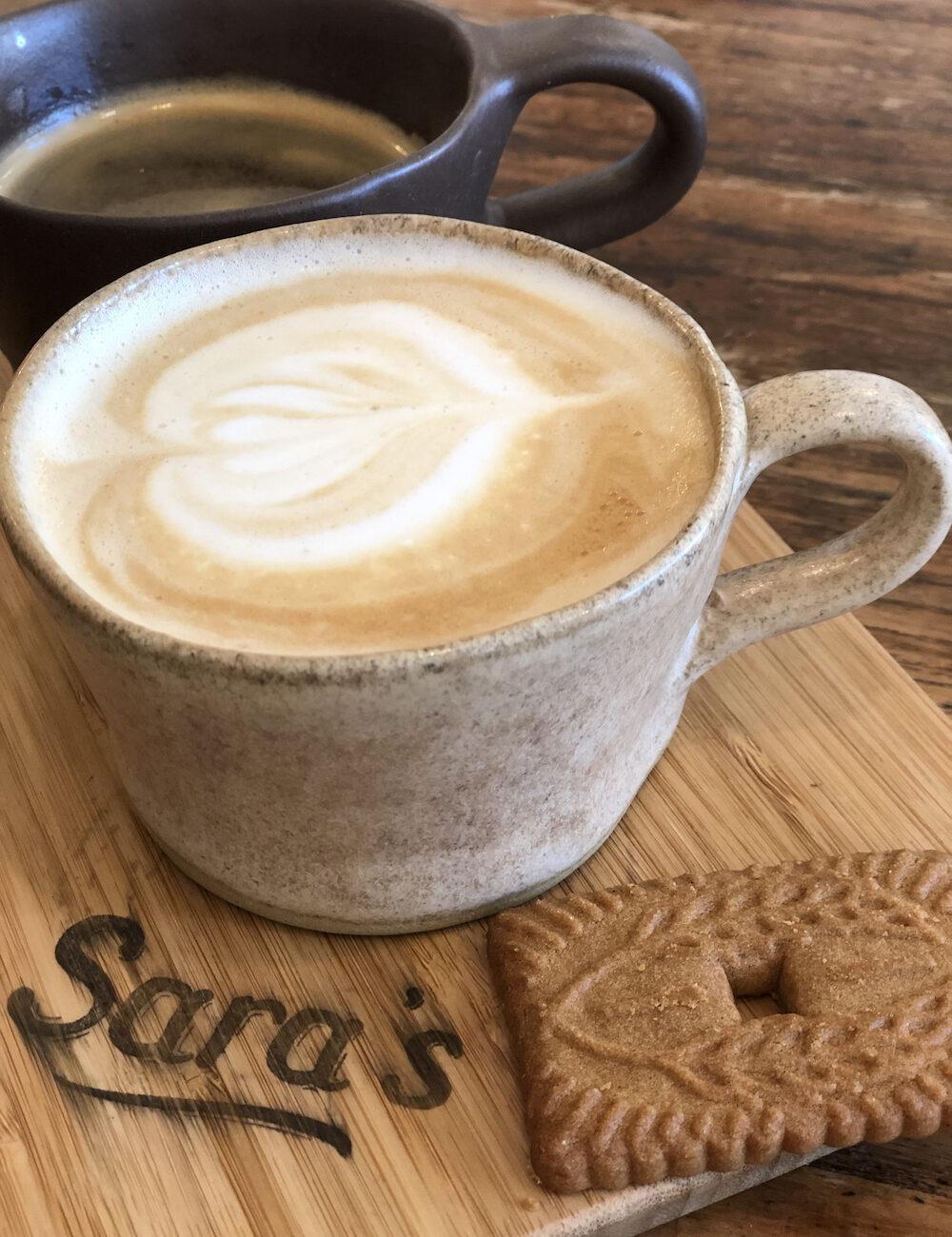 Koffie met een koekje bij Sara's