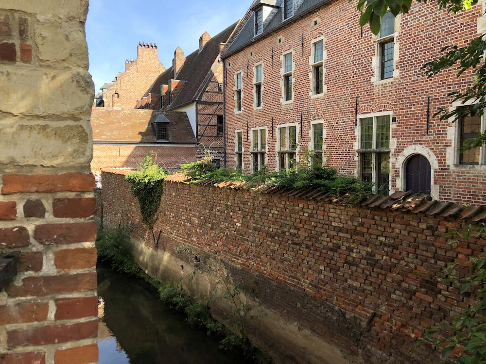 Historische gevels met binnentuintjes aan het water, in Groot Begijnhof Leuven