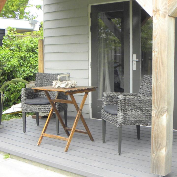 Terrasstoelen op de veranda bij het vakantiehuis