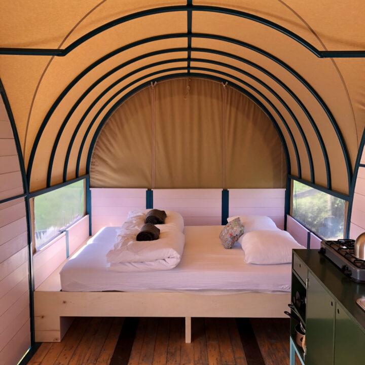 Bed in de huifkar van hihahut