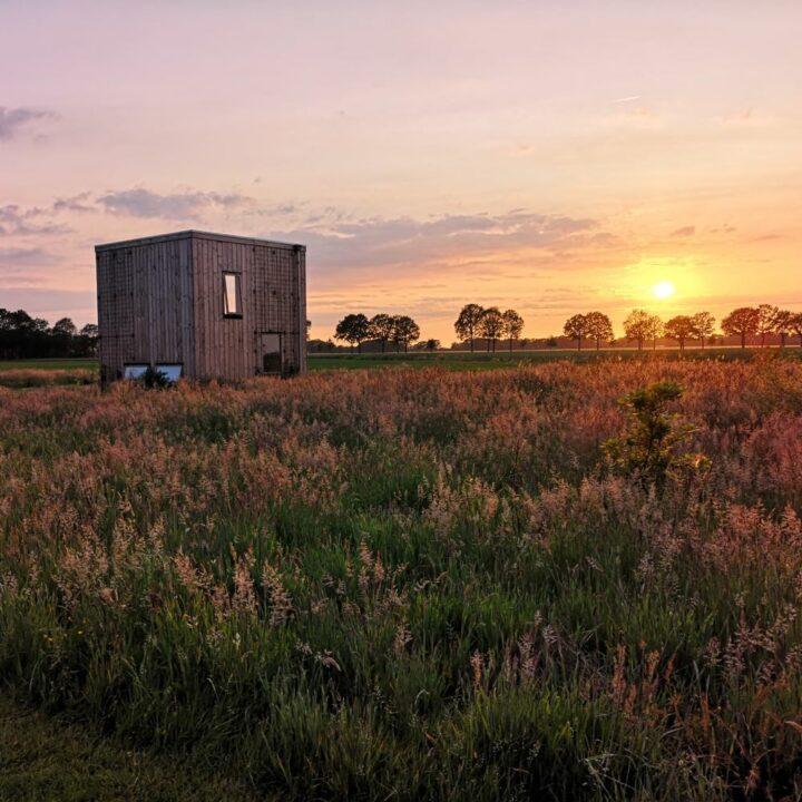 Duurzame trek-in bij zonsondergang
