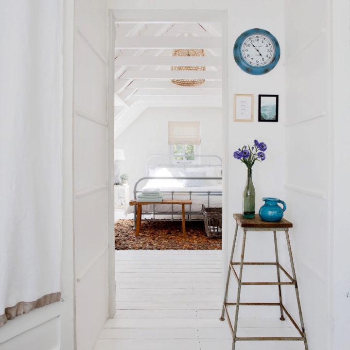 Bovenverdieping met alles wit, doorkijkje naar de tweepersoons slaapkamer