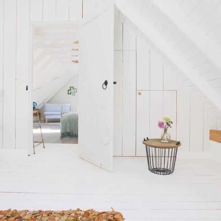 De witte bovenverdieping van Logeren bij Saar
