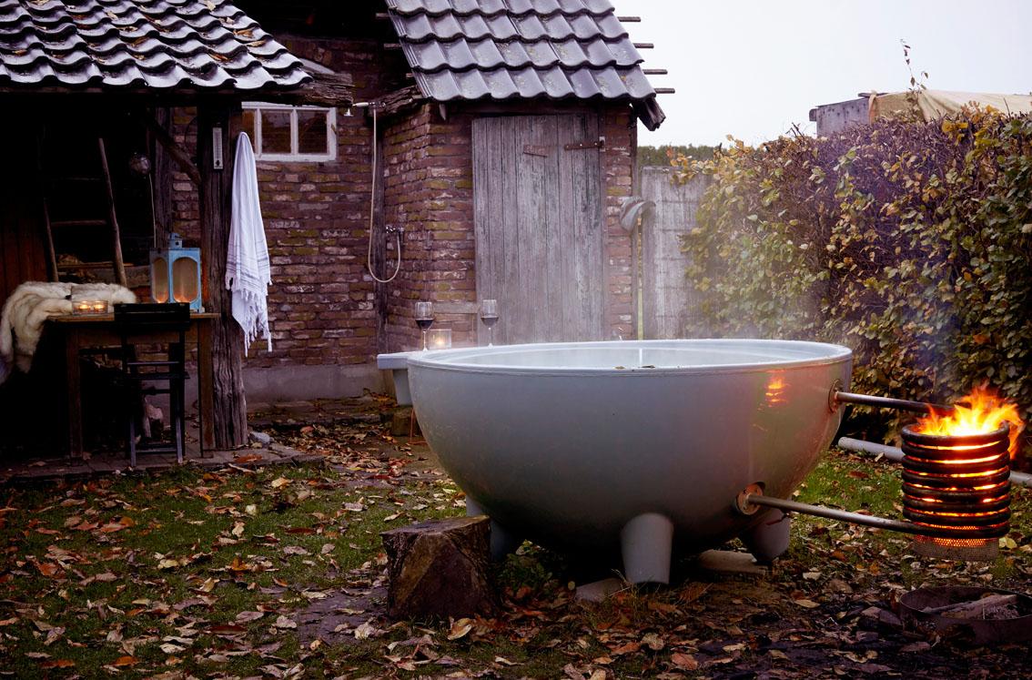 Dutch tub met warm water en een vuurtje, bij Gasterie Lieve Hemel