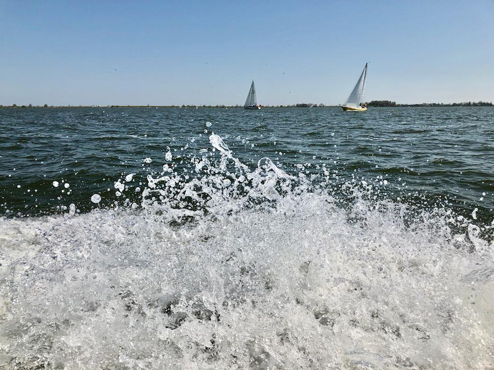 Opspattend water bij speedboot