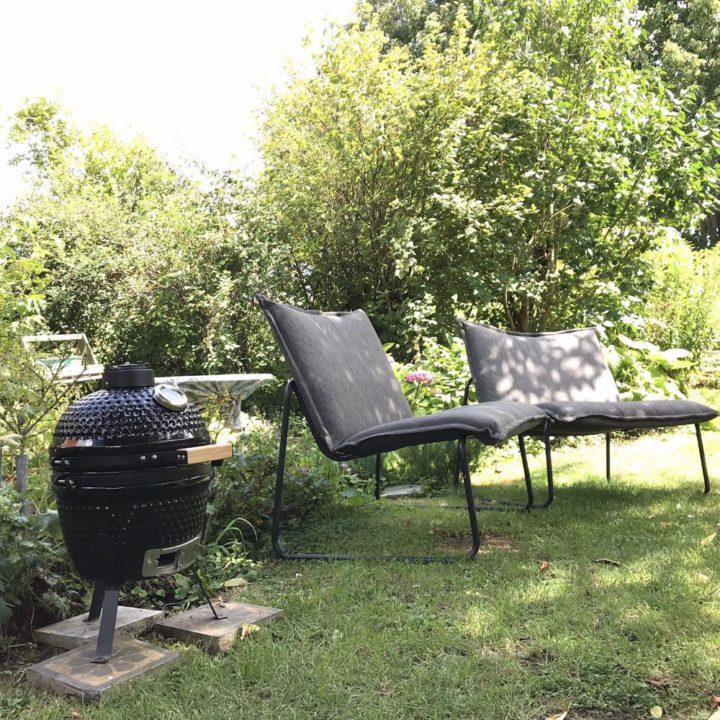 De tuin met lekkere stoelen bij een vakantiehuisje