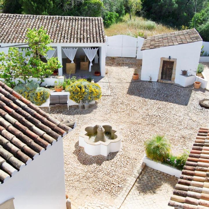 Bovenaaanzicht van traditionele Portugese patio