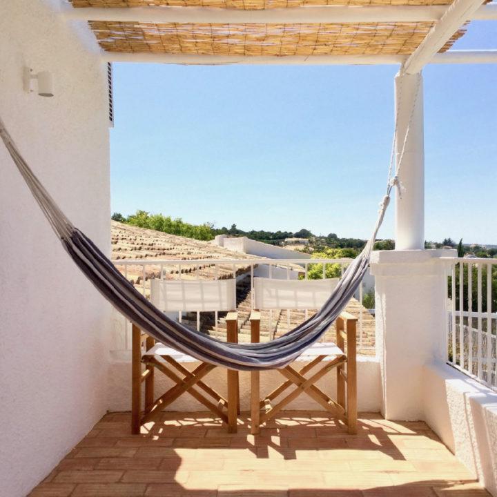 Hangmat en twee regisseur stoelen op balkon