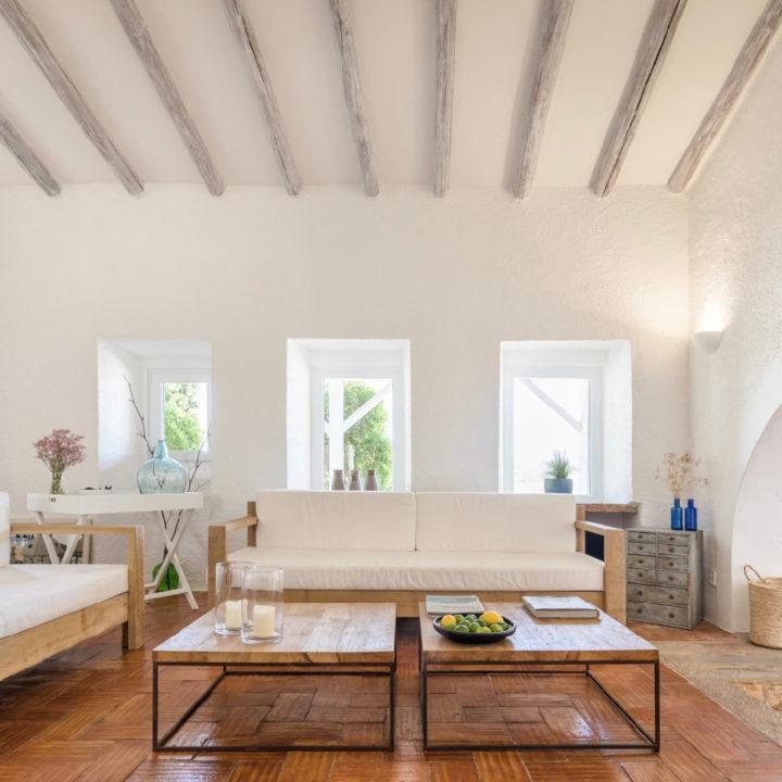 Zitkamer met witte bank, twee salontafels