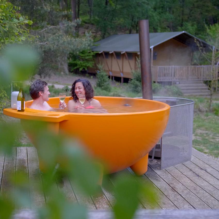 Oranje hot tub bij een safaritent op de Veluwe