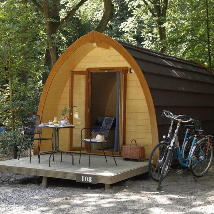 Luxe pod met twee fietsen ernaast en een ontbijt geserveerd op de veranda