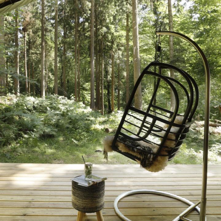 Hangstoel op de veranda van dit unieke plekje op de Veluwe