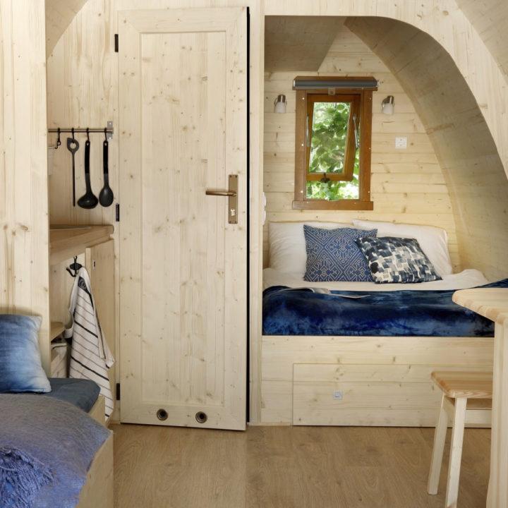 Houten pod met tweepersoons bed