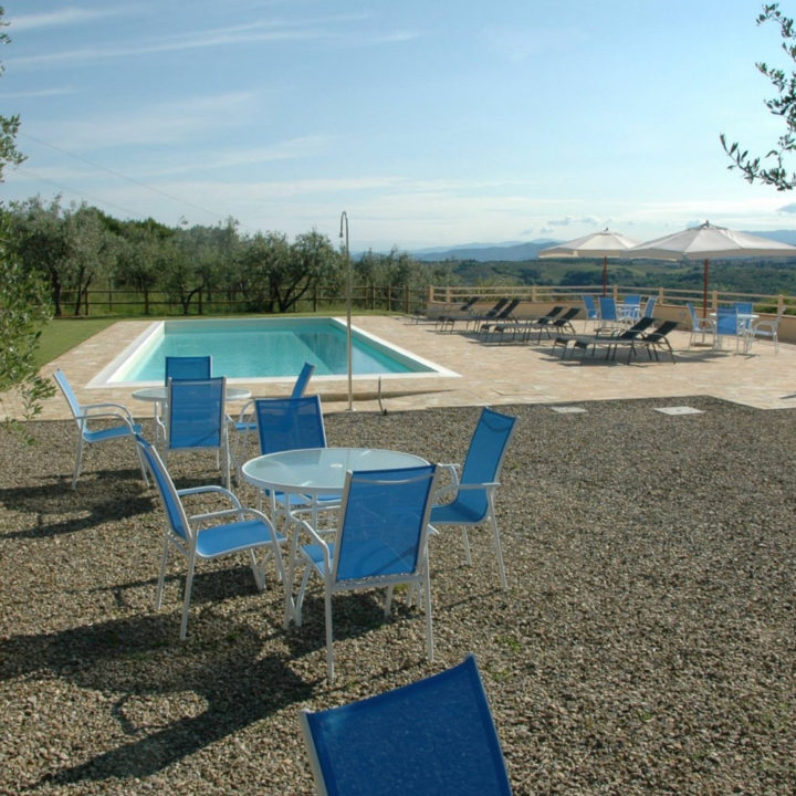 Blauwe stoeltjes aan de rand van het zwembad