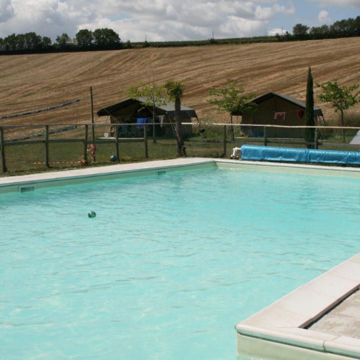 Close up van een zwembad, met zicht op de heuvels