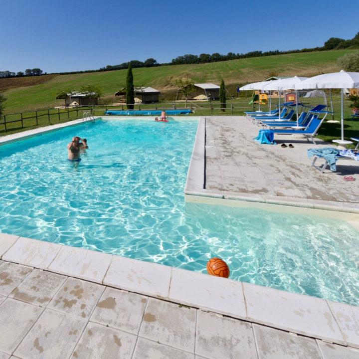 Zwembad met op de achtergrond safaritenten.