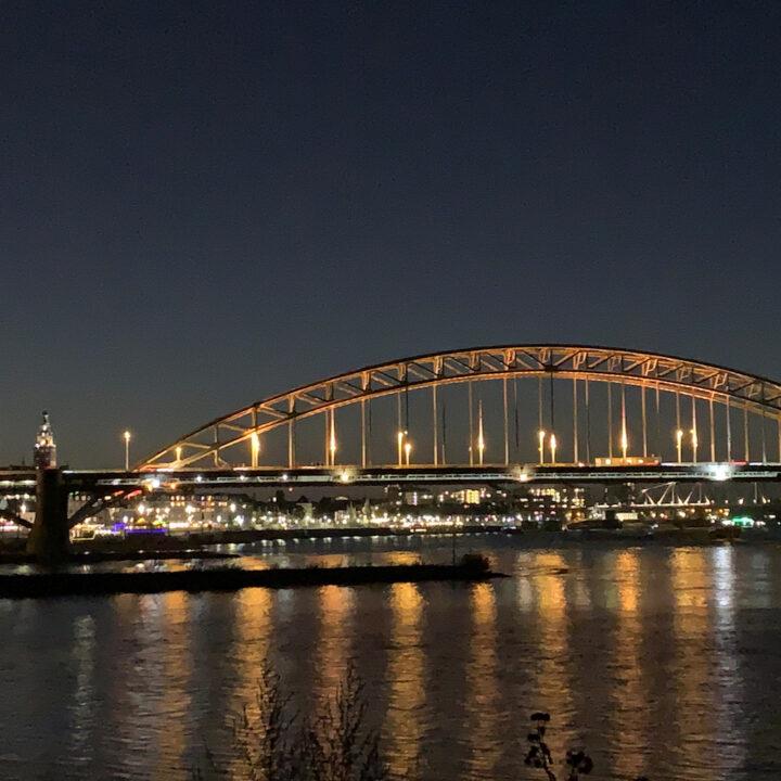 Verlichte brug over de Waal