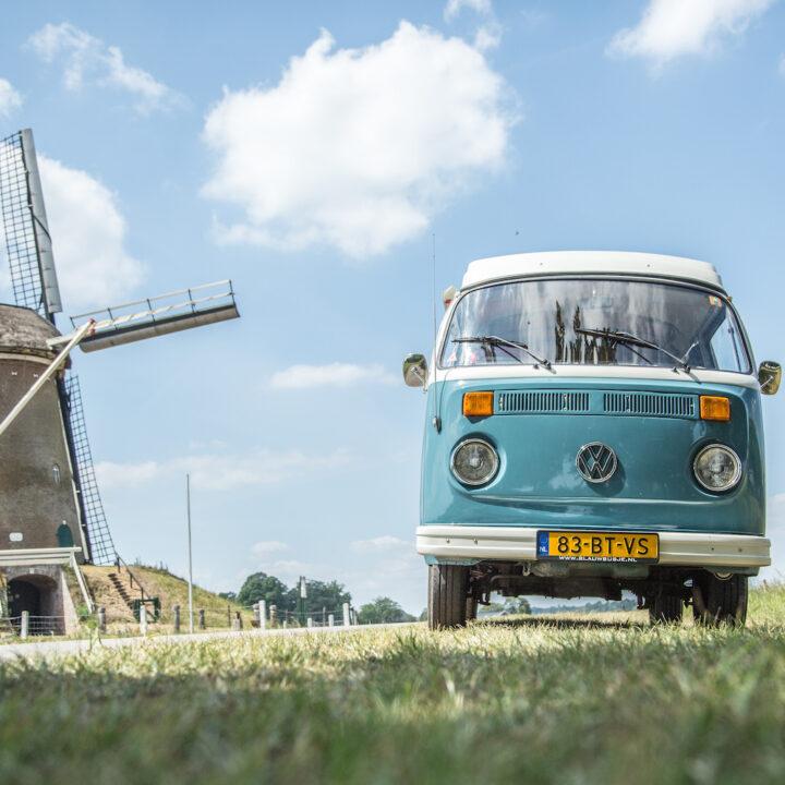 Blauw Busje bij een molen
