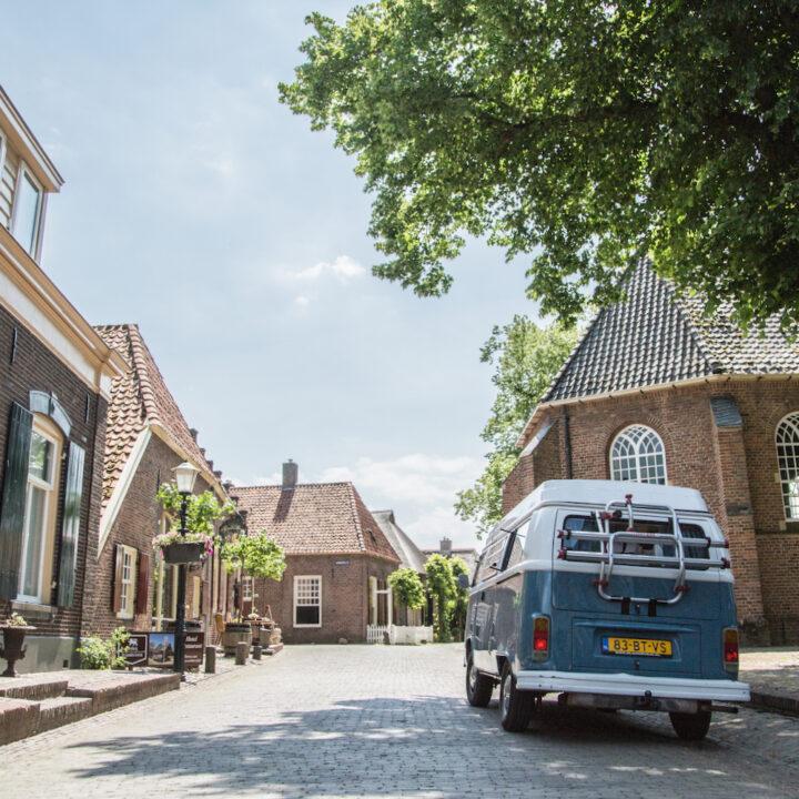Blauw busje op weg in Bronckhorst