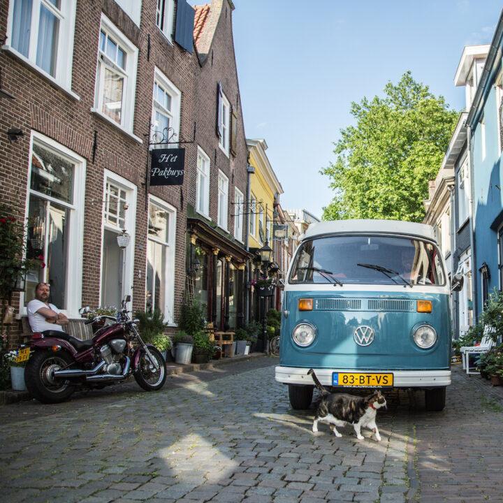 Blauw busje in de straten van Doesburg