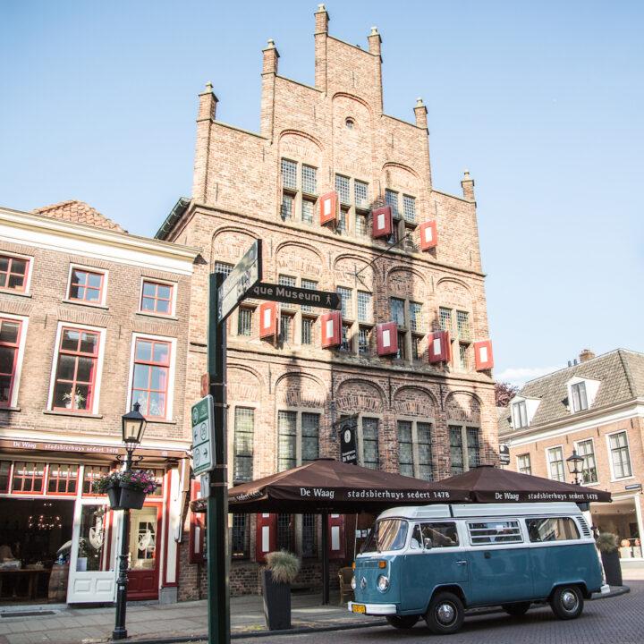 Blauw busje voor de Waag in Doesburg