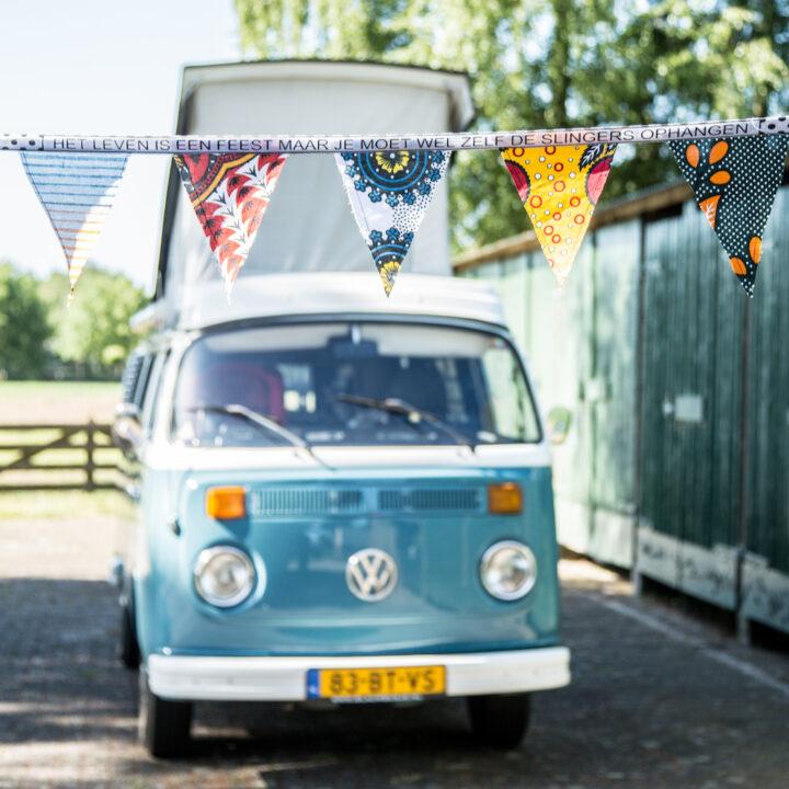 Slingers bij een Blauw Volkswagen Busje