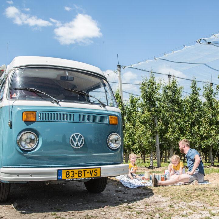 Picknicken tijdens een dagje toeren met een Volkswagen busje