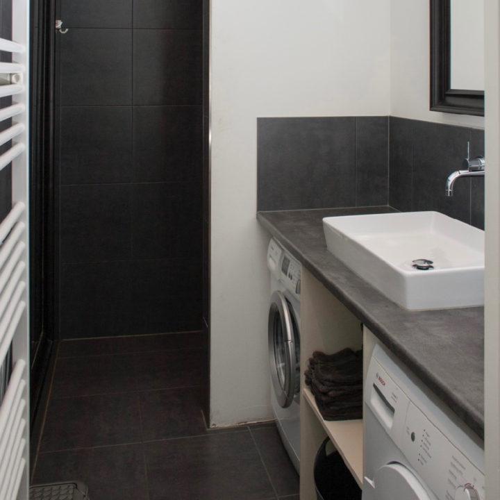 Badkamer met wastafel en verwarming