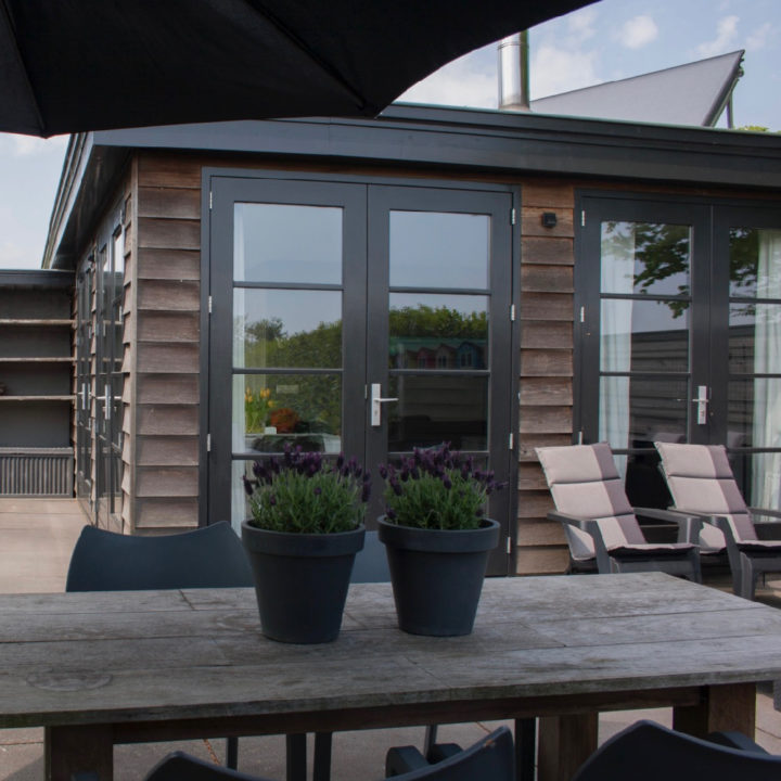 Terras met grote tafel en lekkere stoelen