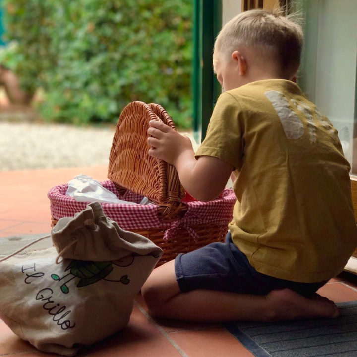 Een ontbijtmand met een jongetje die de inhoud bewondert