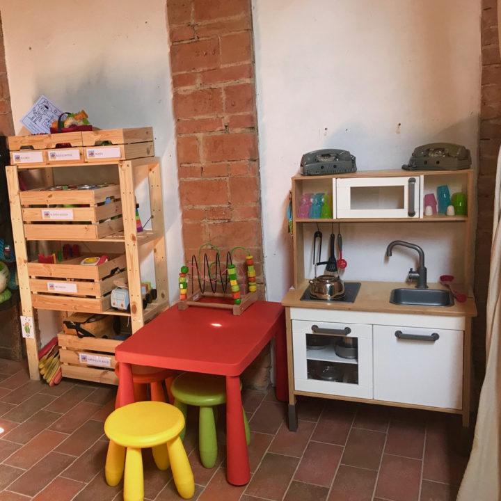 Speelkeukentje met rood tafeltje en krukjes