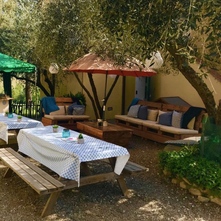 Picknicktafels met tafelkleden en een loungehoek