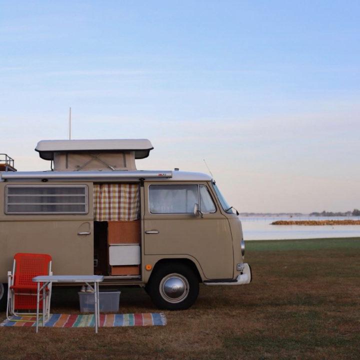 Volkswagen busje aan de rand van het meer