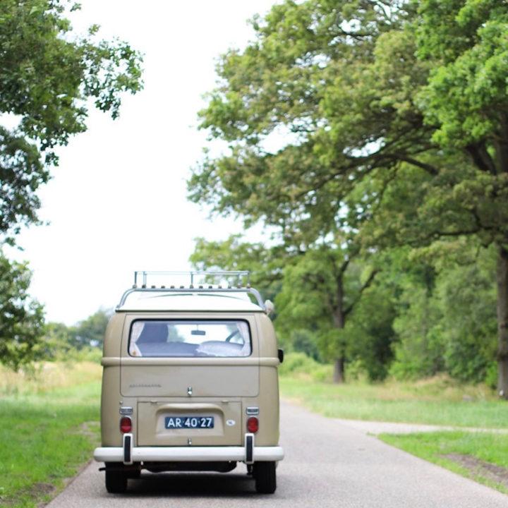 Beige Volkswagen camperbusje