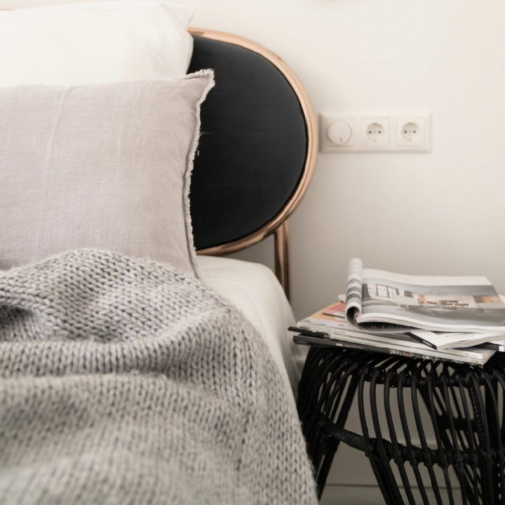 Nachtkastje met een stapel tijdschriften in een vakantiehuis in Egmond
