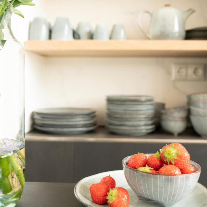 Een bakje aardbeien in de keuken van een vakantiehuis in Egmond