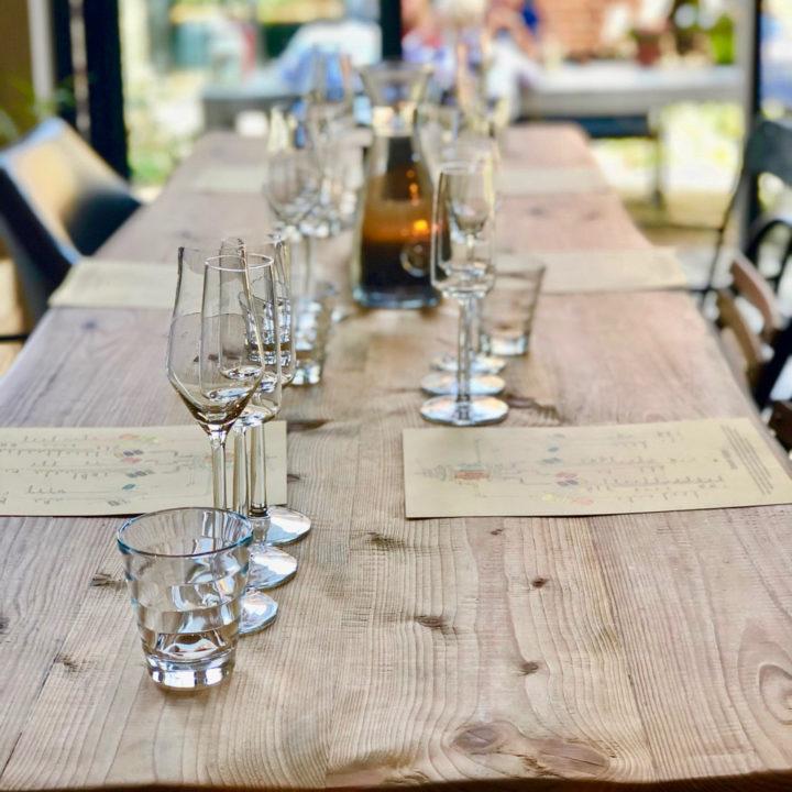 Tafels gedekt met wijnglazen voor een proeverij