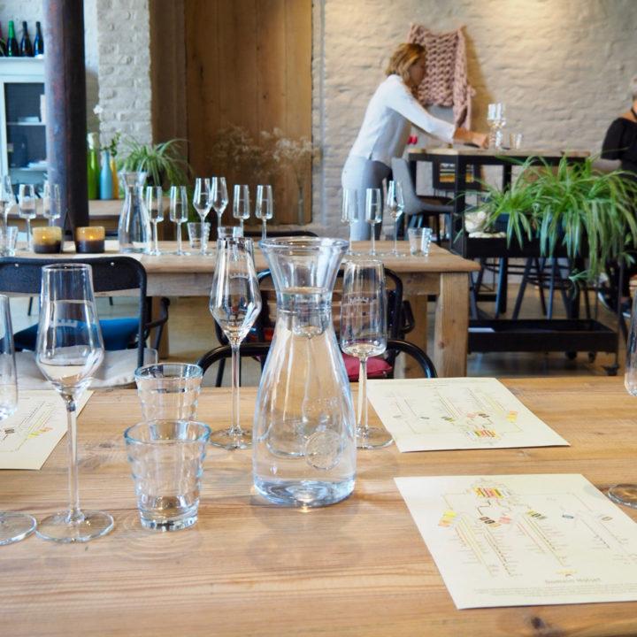Gastvrouw van Holset zet de wijnglazen klaar voor een proeverij