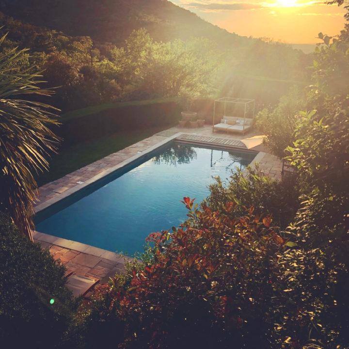Zwembad in de avondschemering