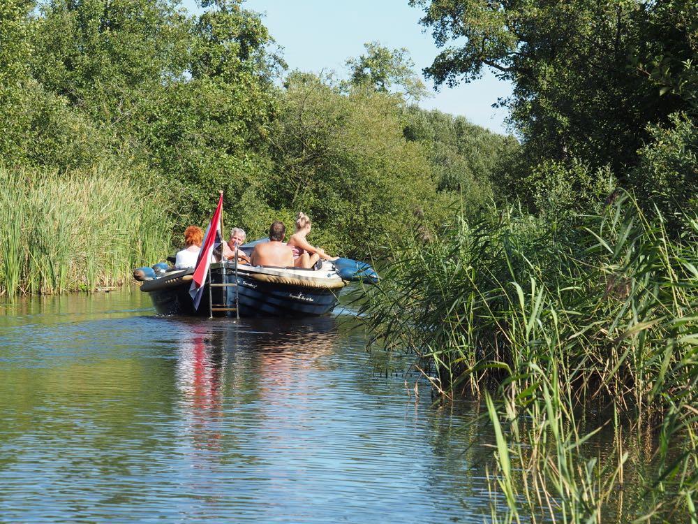 Met een sloep varen op de Friese Meren in Alde Feanen