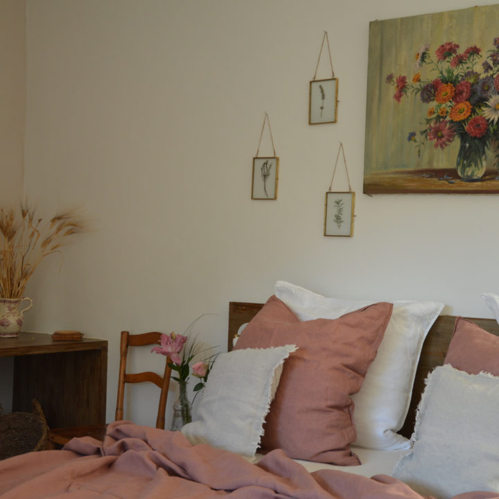 Bed met roze beddengoed